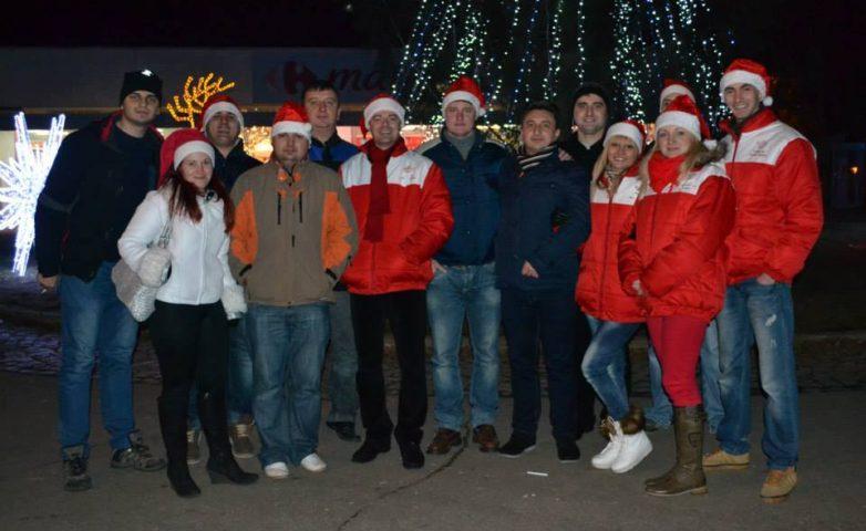 Moș Crăciun ajutat de organizația TSD Reșița, a împărțit daruri în seara de Ajun în Centrul Civic
