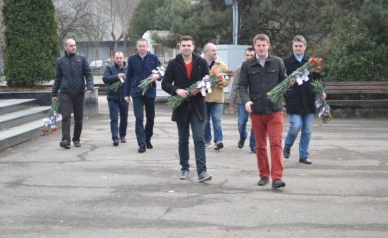 Tinerii din PSD au împărțit flori și zâmbete pe străzile Reșiței
